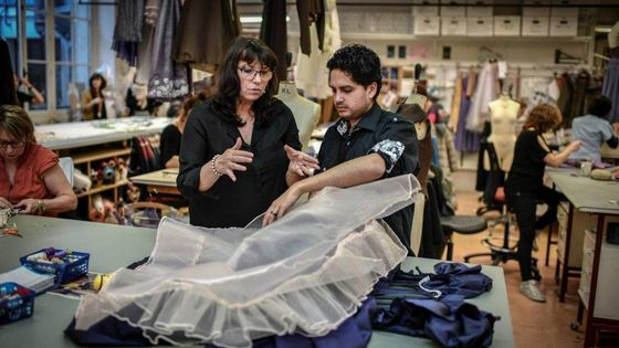 Le Brésilien Tulio Morais apprend à fabriquer un tutu à l'Académie de l'Opéra de Paris, avec sa tutrice Anne-Marie Legrand