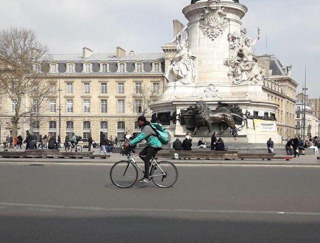 Coursier à vélo, place de la République à Paris.