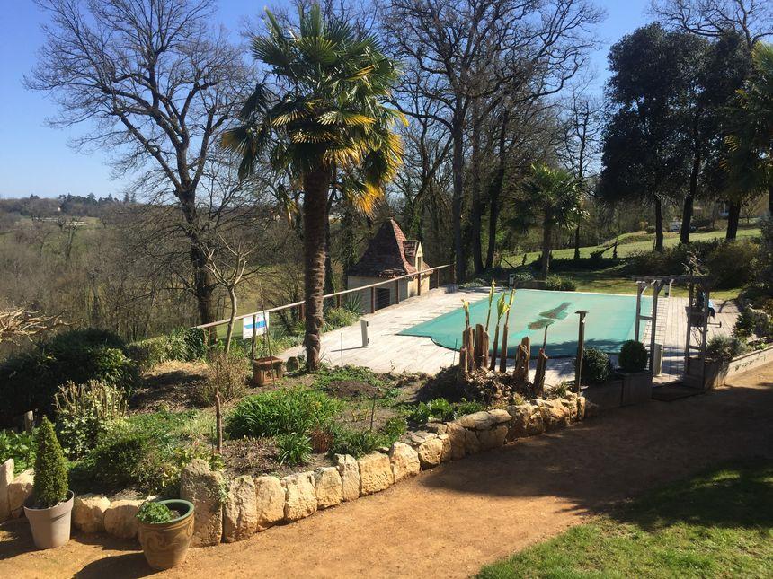 Vue sur la piscine et le parc, au mois de mars