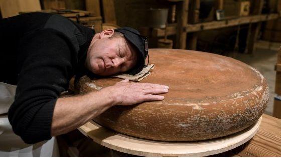 Un fromager suisse affine son emmental en musique ! Classique ou hip-hop, à chacun son style d'affinage