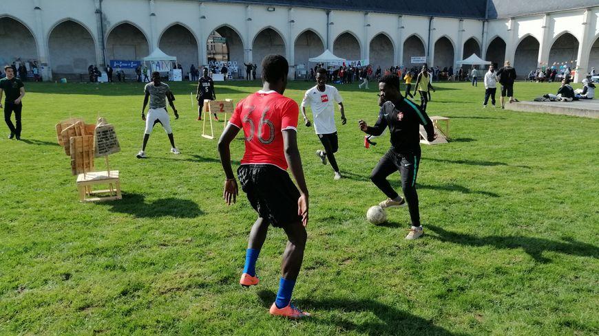 Le jeu s'inspire du football... mais sur le terrain des obstacles ont été ajoutés !