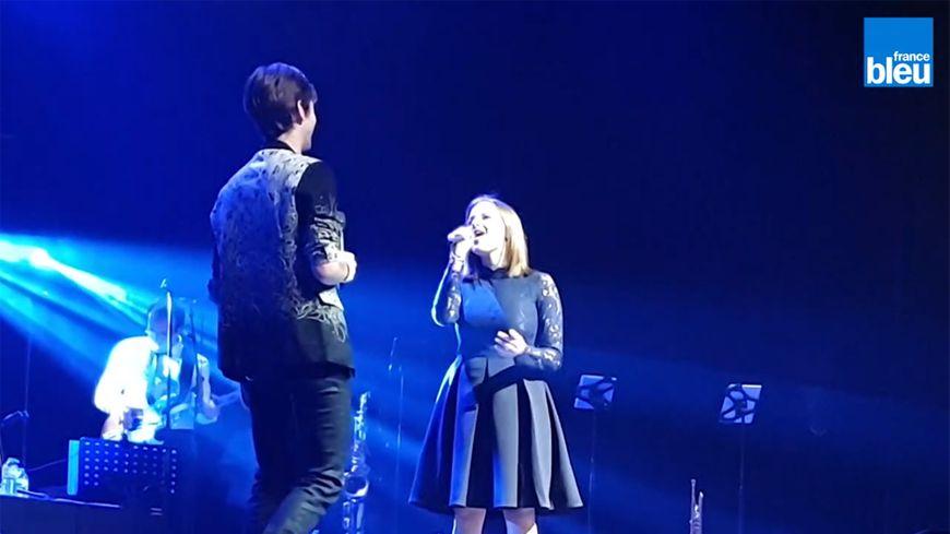 Coralie Ouatmani sur la scène du Zénith de Rouen avec Amaury Vassili
