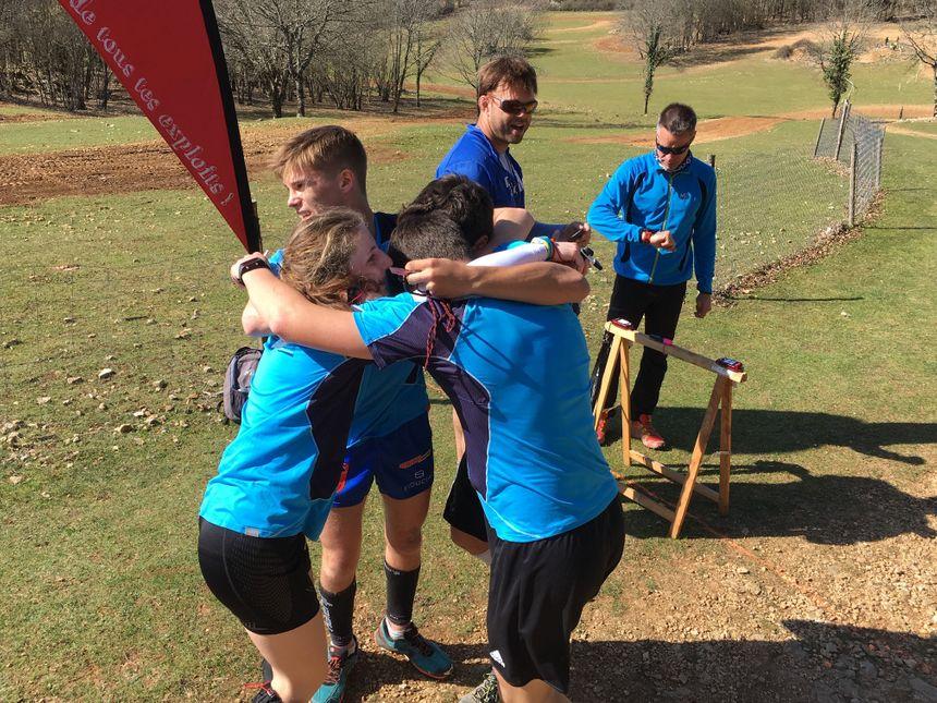 Les lycéens se félicitent sur la ligne d'arrivée, dans une course où le corps et la tête ont été rudement sollicités