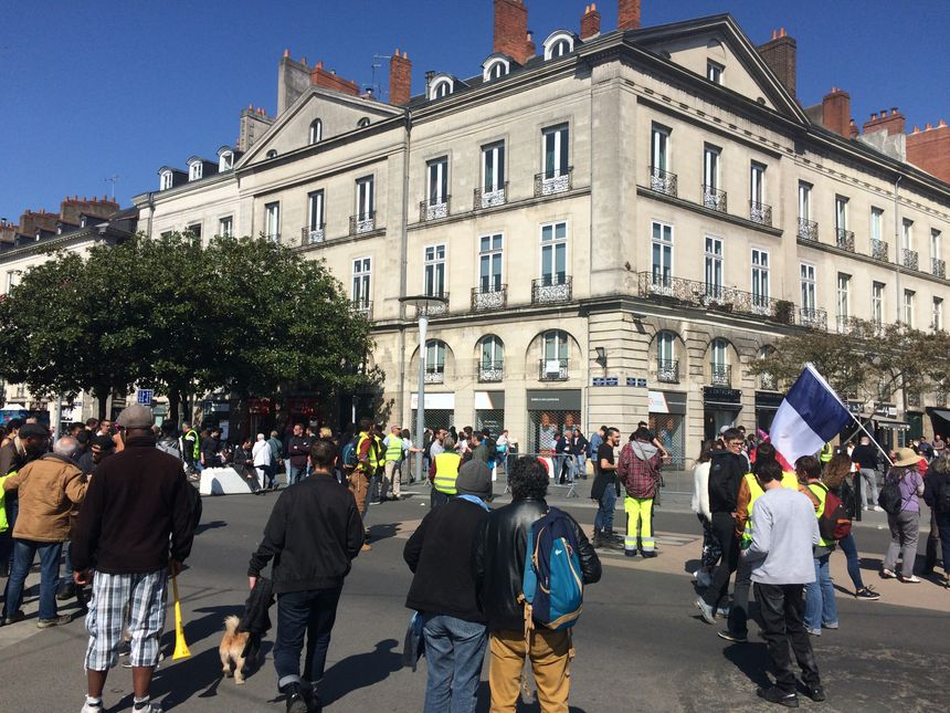 """Une cinquantaine de """"gilets jaunes"""" ont tracté à l'entrée de la Grande Braderie de Nantes, sur le cour des Cinquante Otages."""
