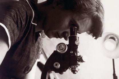 Rosalind Elsie Franklin (1920-1958) était une chimiste et cristallographe britannique, surtout connue pour son rôle dans la découverte de la structure de l'ADN