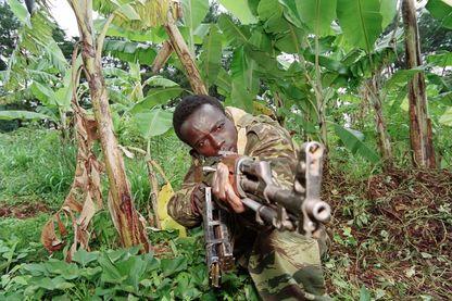 Soldat du gouvernement rwandais, en plein champ de bananes, à la frontière avec le Front Patriotique Rwandais, en 1994