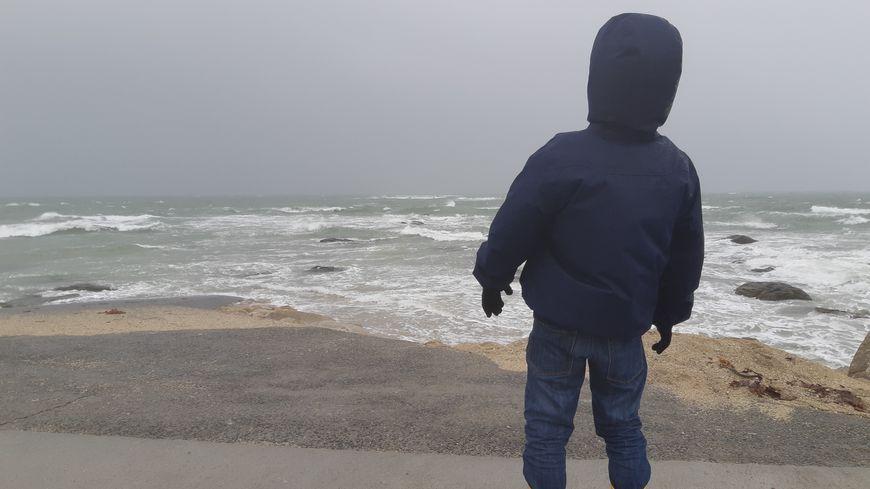 Des promeneurs ont bravé le vent  et la pluie pour admirer le spectacle de la tempête