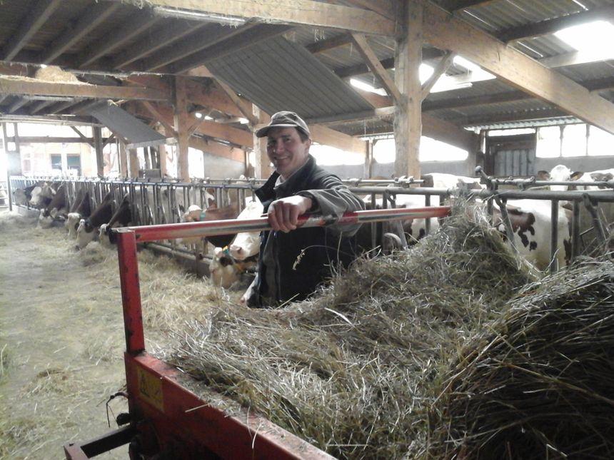 Cyril Valion devant quelques-unes de 1500 vaches du village