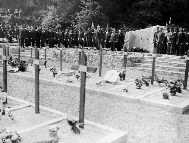 La nécropole des Glières en 1947 lors de la visite du président Vincent Auriol.