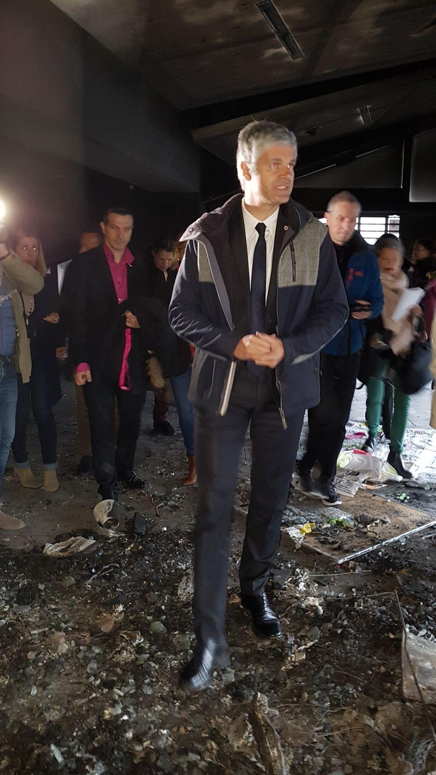 Laurent Wauquiez au milieu des décombres de l'incendie