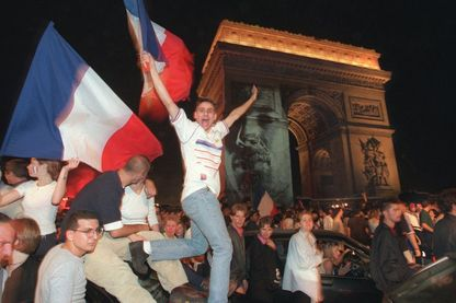 Rassemblement festif sur les Champs Elysées après la victoire des Bleus lors de la Coupe du Monde