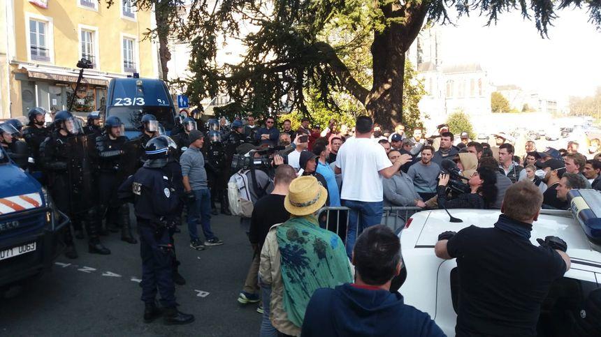 Une centaine de forains en colère au Mans ce vendredi après-midi. Leur objectif : rentrer dans la mairie malgré la présence des gendarmes mobiles