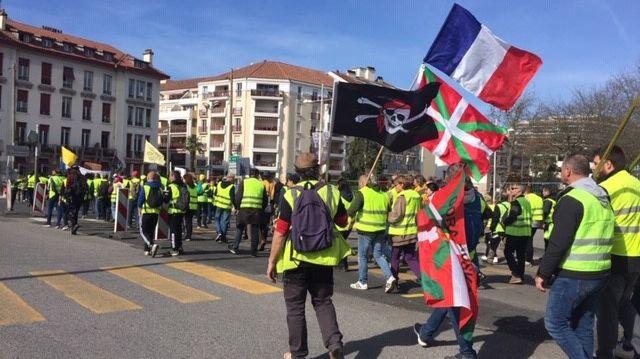 Les gilets jaunes ont débuté leur manifestation de la place des Basques