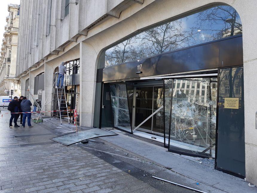 Les travaux de sécurisation des enseignes dégradées ont déjà commencé ce dimanche, sur les Champs-Elysées.