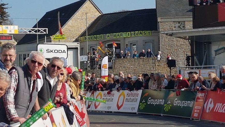 Ils étaient des centaines pour encourager les cyclistes du Tour, à leur arrivée dans Martinvast.