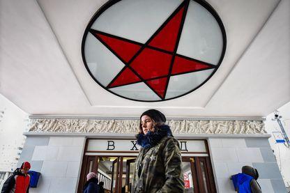 Des Moscovites marchent devant l'entrée du métro Sokolniki à Moscou (4 janvier 2019)