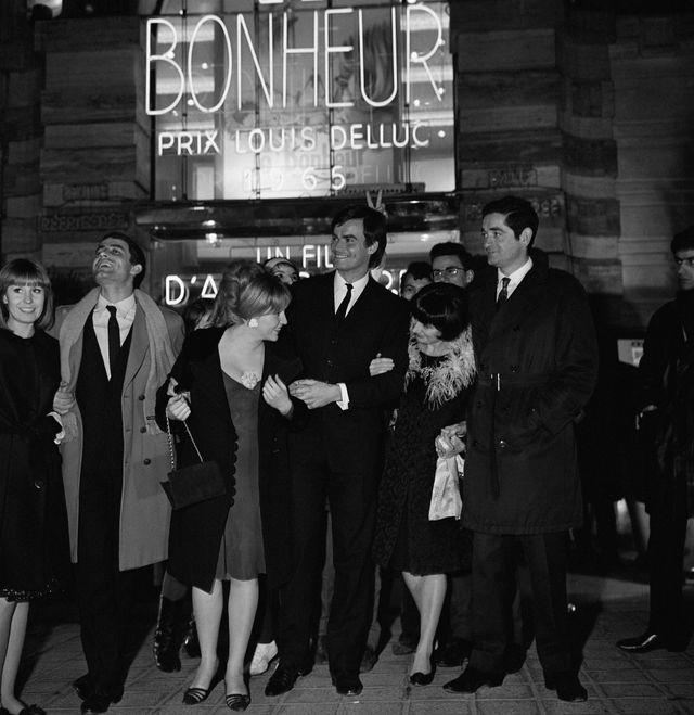 Accompagnés des acteurs Claire et Jean-Claude Drouot, Agnès Varda et Jacques Demy (à droite) sont à la première du film Le Bonheur, en février 1965, à Paris.
