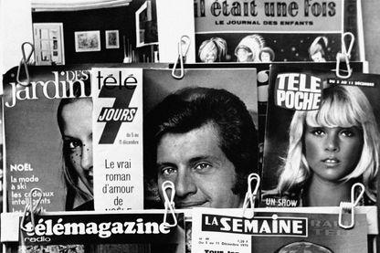 Magazines de télévision dans un kiosque à journaux, en France