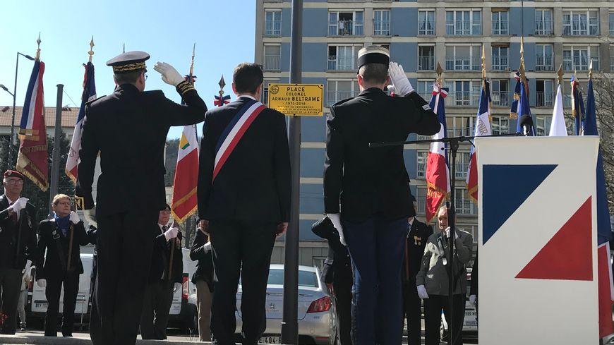 Le maire de Saint-Etienne et le préfet de la Loire ont inauguré ce samedi une place Arnaud Beltrame, un an pile après l'attaque terroriste de Trèbes (Aude)