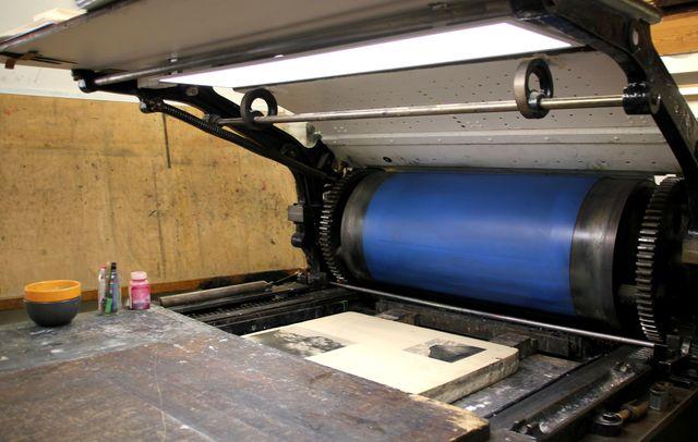 Machine rotative pour litho dans l'atelier Fleur de pierre à Paris