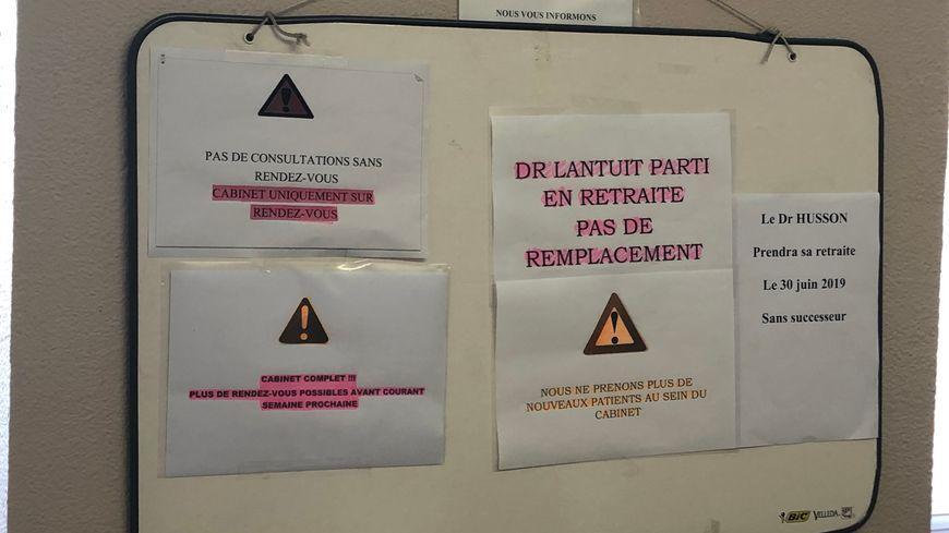 Les affiches dans le cabinet montrent clairement que les départs en retraite ne sont pas remplacés.
