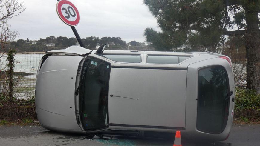 La voiture s'est couchée sur le côté gauche
