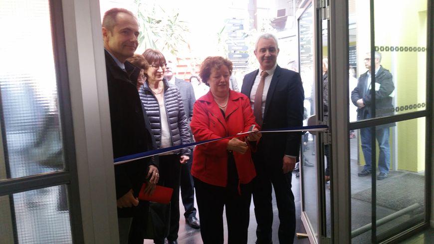La maire d'Amiens, Brigitte Fouré, a coupé le ruband à l'entrée du nouvel hôpital de jour du centre Saint-Victor, avec le professeur Bloch, chef du service gérontologie