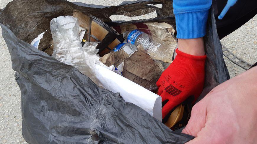 En une vingtaine de minutes, ce bénévole a rempli son sac poubelle.