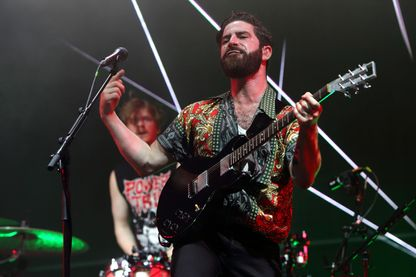 Le guitariste Yannis Philippakis de Foals en concert le 16 juillet 2017 à Londres.
