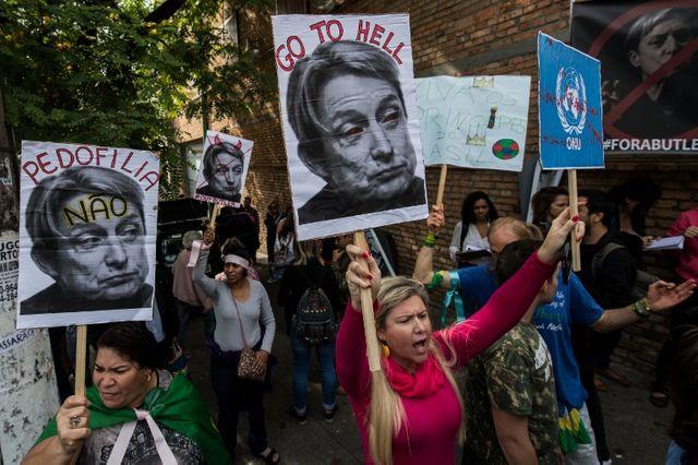 Autre exemple : lors de la venue de Judith Butler à Sao Paulo au Brésil en 2017, de vives manifestations avaient eu lieu à la fois pour et contre sa visite. Ici, une manifestation contre.