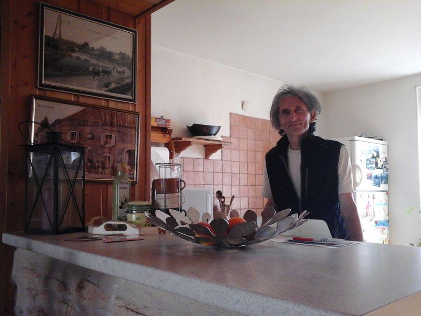 Jean-Pierre Zonca, témoin du Bouverans au présent, devant les photos du Bouverans d'un autre temps