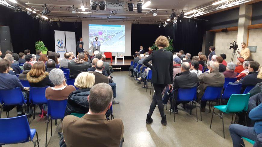 La réunion publique a rassemblé une centaine de personnes