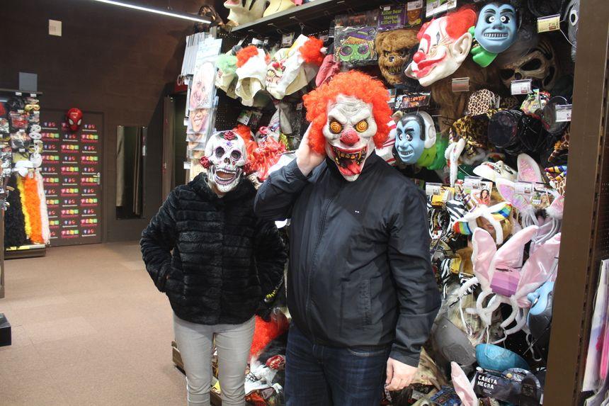 Si certains fuient les masques pour des raisons de confort, ce couple mise tout dessus!