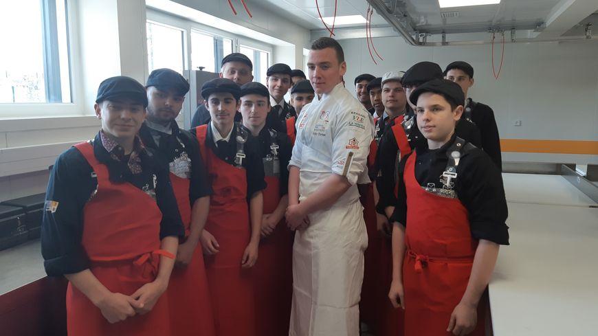 Victor Dumas entouré des élèves bouchers du Centre de Formation d'Apprentis d'Avignon avec qui il a échangé