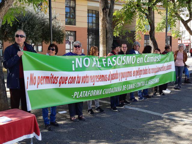 Manifestants anti-fascistes face au stand d'information de Vox, à Camas, la 11 mars 2019