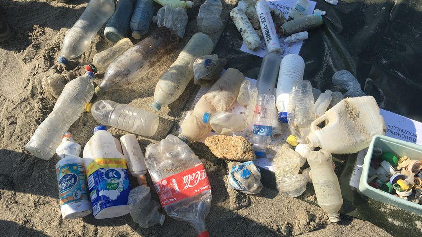 Le plein de bouteilles en plastique, avec pour certaines des étiquettes en cyrillique
