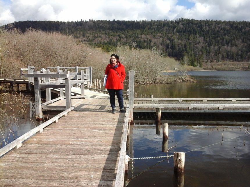 Laurence Lyonnais au bord d'un lac qu'elle connaît par cœur... et dans un environnement qui a retrouvé son caractère. C'est bon cygne !