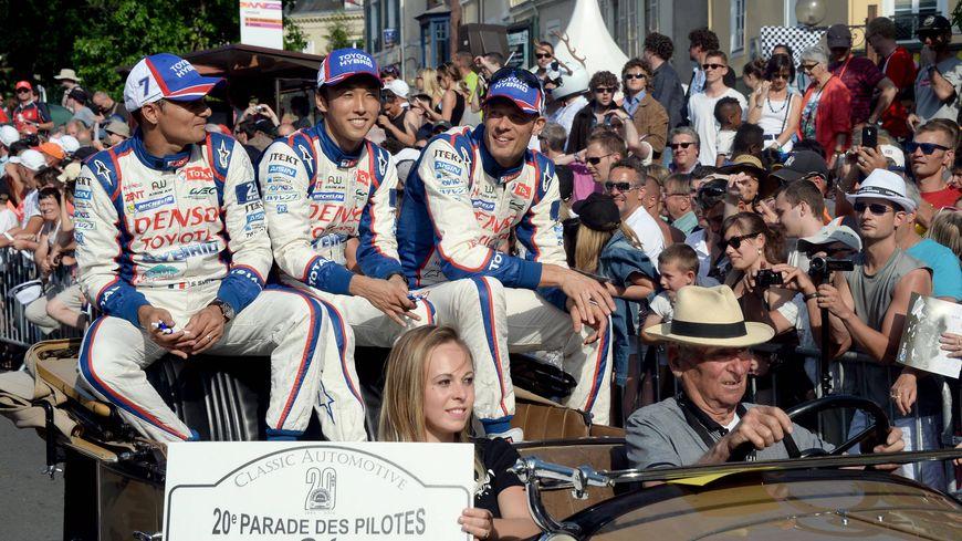 L'équipe Toyota dans les rues du Mans en 2014.