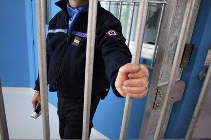 Une photo prise le 30 avril 2013 montre un gardien de prison en train de fermer une porte au centre de détention de Condé-sur-Sarthe.