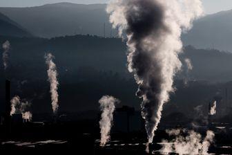 De la fumée s'échappe des usines de la zone industrielle de Chambéry (Savoie)