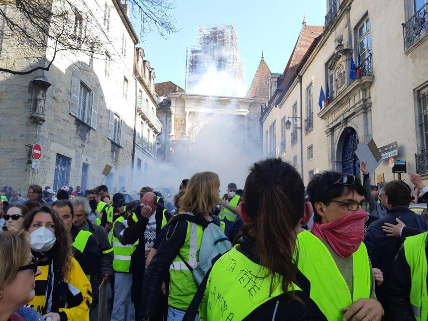 Les manifestants refluent après des tirs de grenades lacrymogènes à la Porte Noire