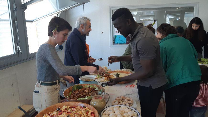 Etudiants et sans papiers partagent leur repas du mercredi midi depuis plusieurs semaines au squat de l'ancien CRDP à Limoges