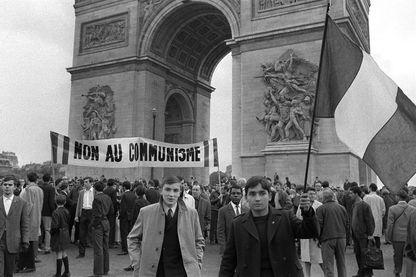 """De jeunes militants de l'extrême droite française """"Occident"""" opposés à la révolte des étudiants de gauche manifestent à l'Arc de Triomphe avec une bannière disant """"Non au communisme"""" le 18 mai 1968 lors des événements de mai-juin 1968 à Paris."""