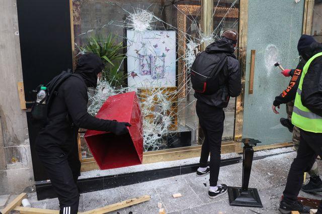 """Vitrine de magasin détruite sur les Champs-Elysées. Acte 18 des """"gilets jaunes"""""""