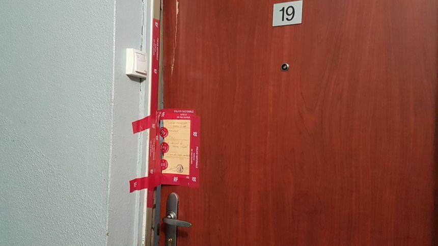 Au 3e étage, les enquêteurs ne sont plus là, mais les scéllés posés sur la porte d'entrée de l'appartement attestent de leur travail.
