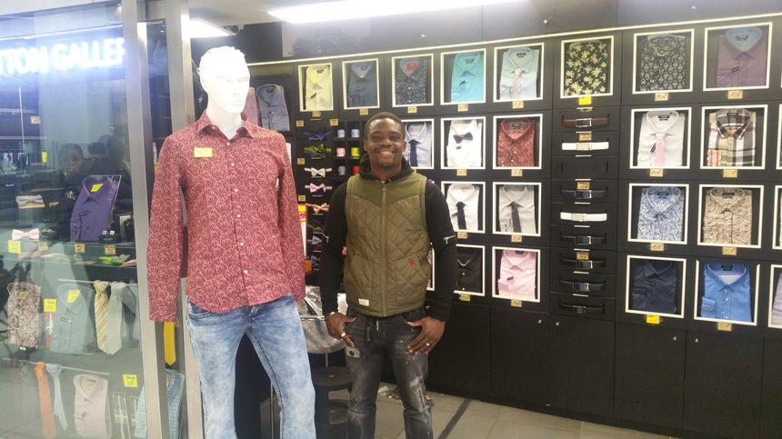 Dylan, gérant de la boutique The Cotton Gallery, au sous-sol de la gare, est enthousiaste, la concurrence de nouveaux magasins ne lui fait pas peur.
