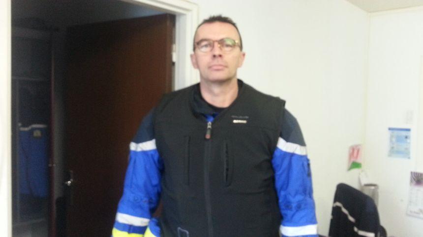 L'adjudant Chef Pillet, motard à la gendarmerie du Cher, a revêtu un gilet airbag identique à celui remis aux motards inscrits pour ce stage sécurité.
