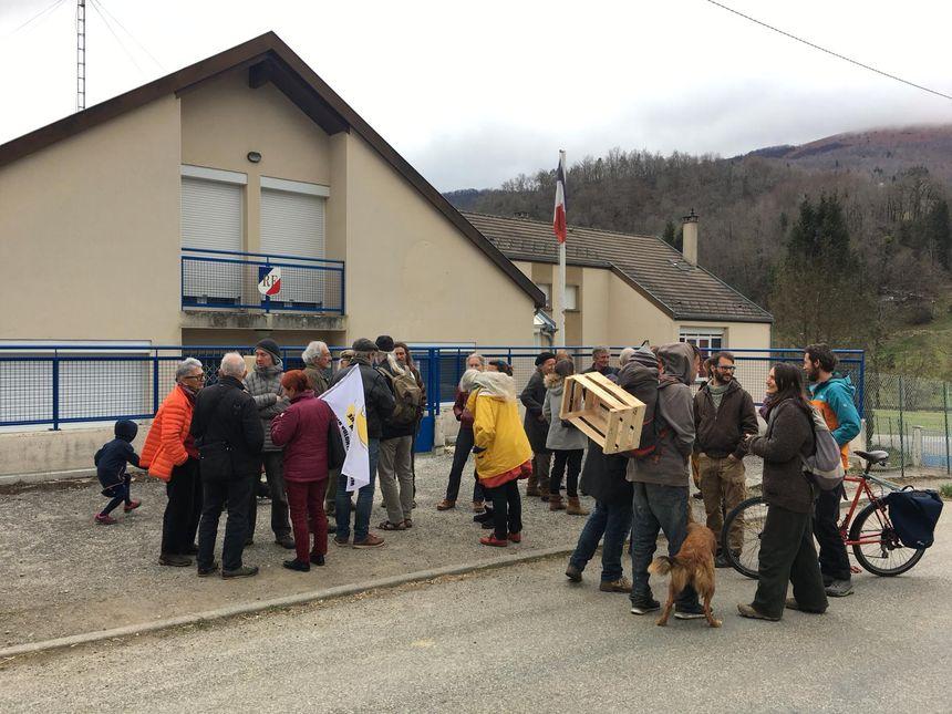 Les soutiens de Jacob, pendant son audition à la gendarmerie de Massat, en Ariège - Radio France