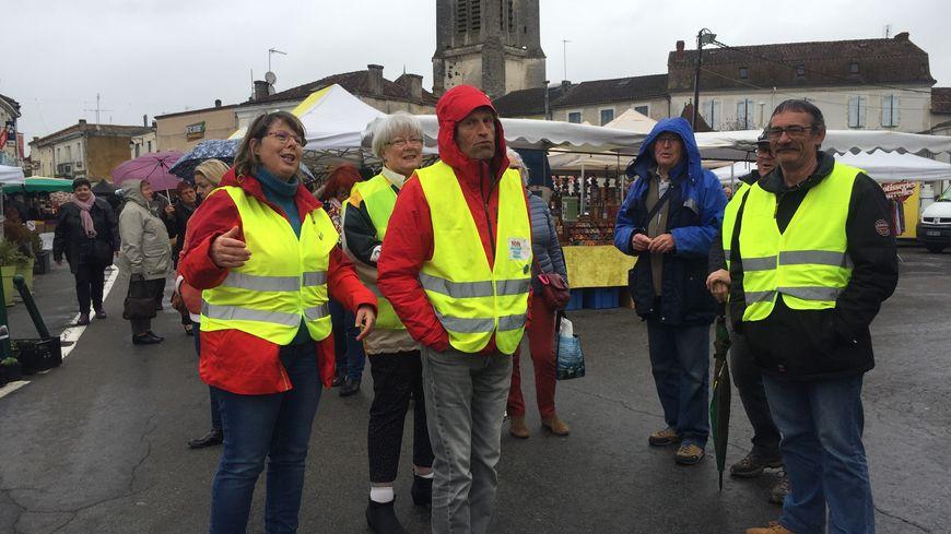 Les gilets jaunes ont distribué une lettre ouverte au ministre de l'intérieur sur le marché de Saint-Astier