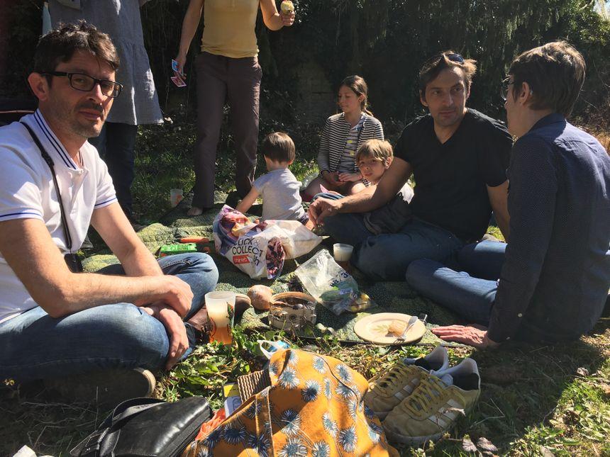 Chacun avait amené de quoi manger lors de ce pique-nique, quartier des Vaites, ce samedi à Besançon